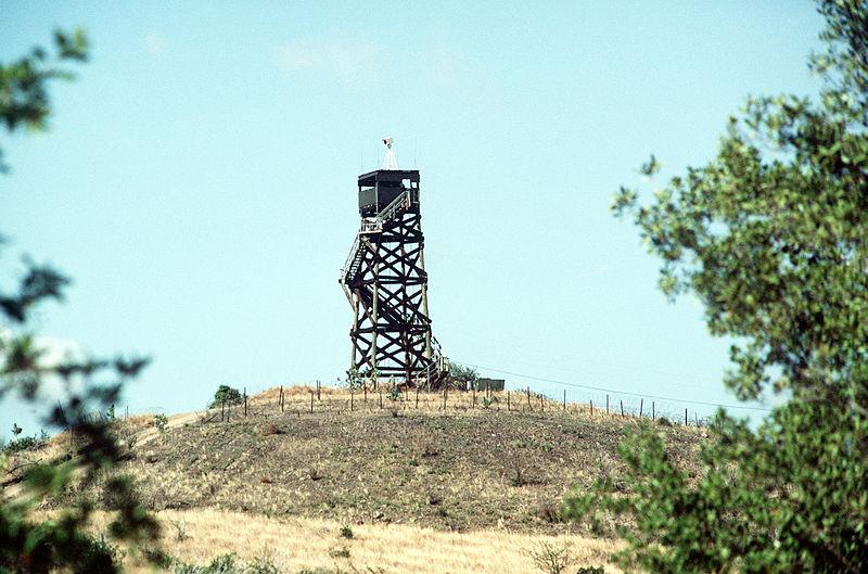 Bild: Grenzturm und -zaun zwischen der US-Marinebasis Guantánamo-Bucht und Kuba