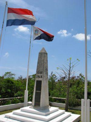 Bild: Grenzüberquerung von Bellevue, Saint-Martin nach Cole Bay/Koolbaai, Sint Maarten (Rue Hollande/Union Road mit Grenzmarkierung)