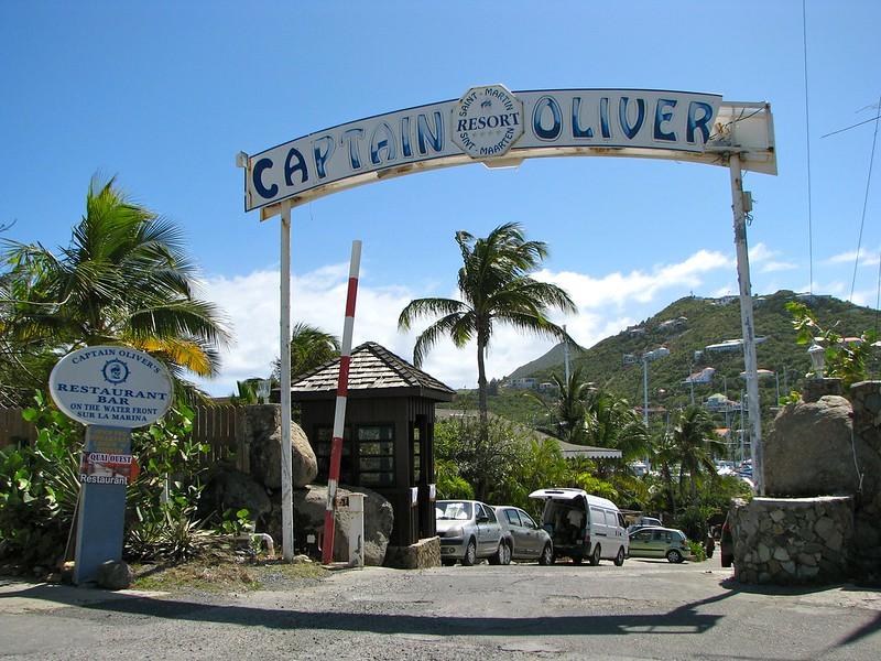Bild: Captain Oliver's Resort auf der französischen Seite, das Restaurant und die Marina auf der niederländischen Seite