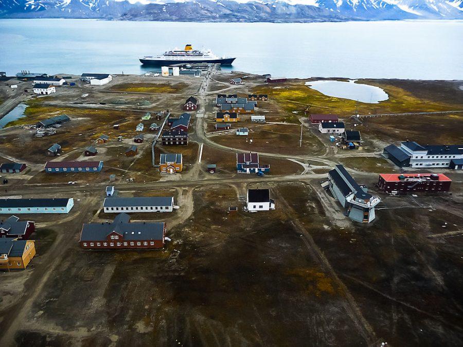 """Bild: ehemalige norwegische Bergbausiedlung und jetzige internationale """"Forschungsstadt"""" Ny-Ålesund"""