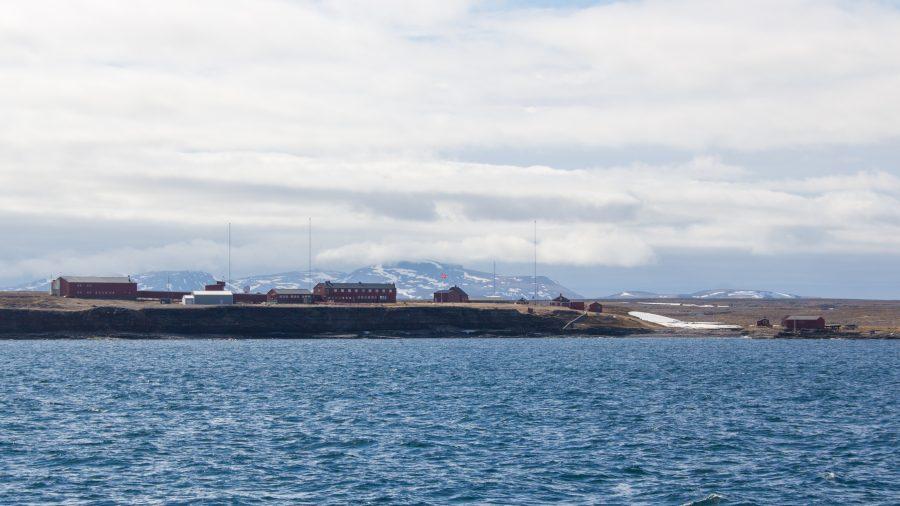 """Bild: norwegische Forschungsstation """"Herwighamna"""" auf der Bären-Insel"""