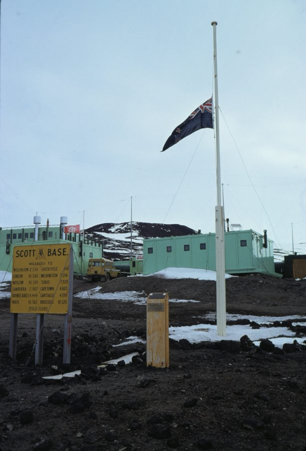 """Bild: neuseeländische Flagge vor der Forschungsstation """"Scott"""" (# 1)"""