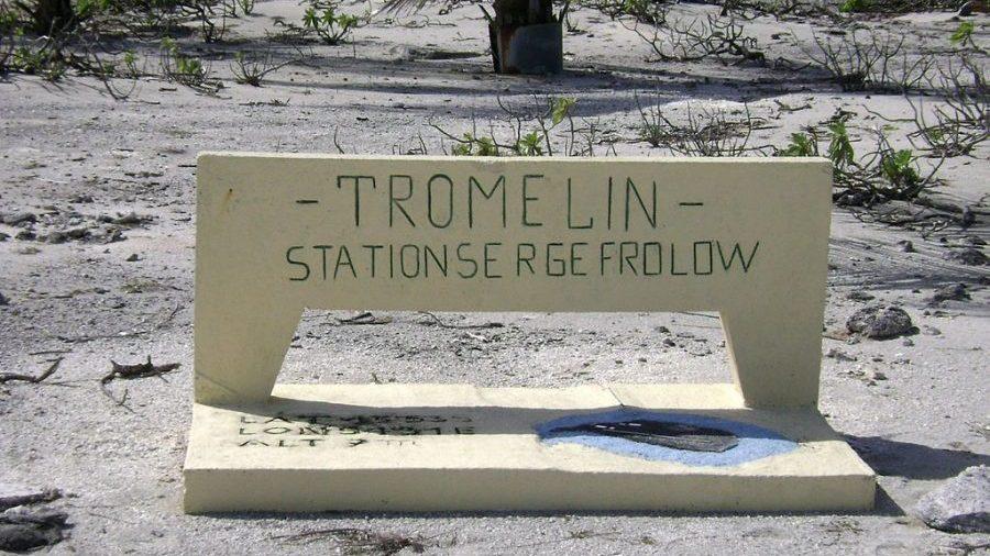 """Bild: Schild im zivilen Camp """"Serge Frolow"""" auf der Tromelin-Insel"""